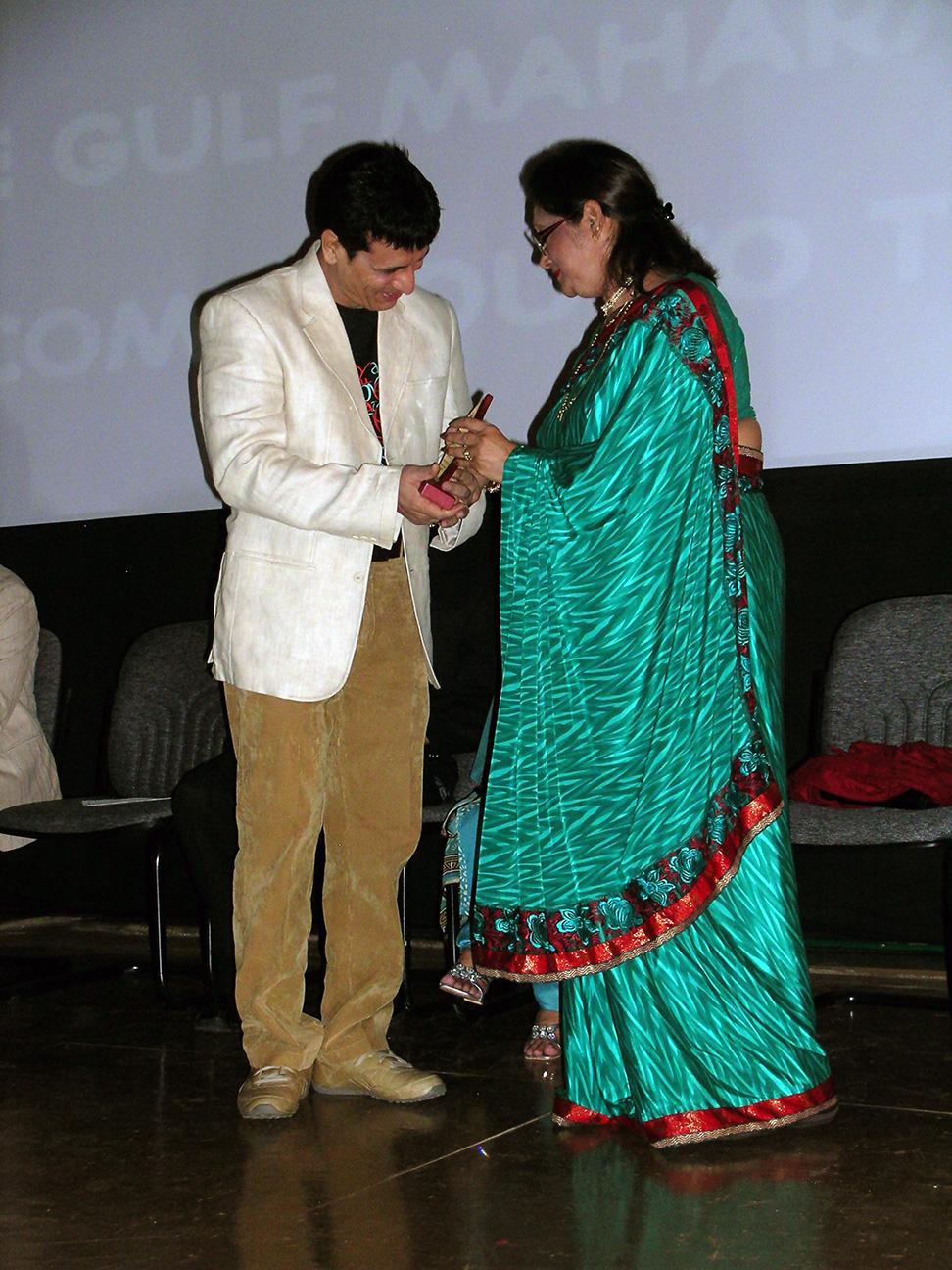 Sandeep Kulkarni receiving memento from Minister Bappoo