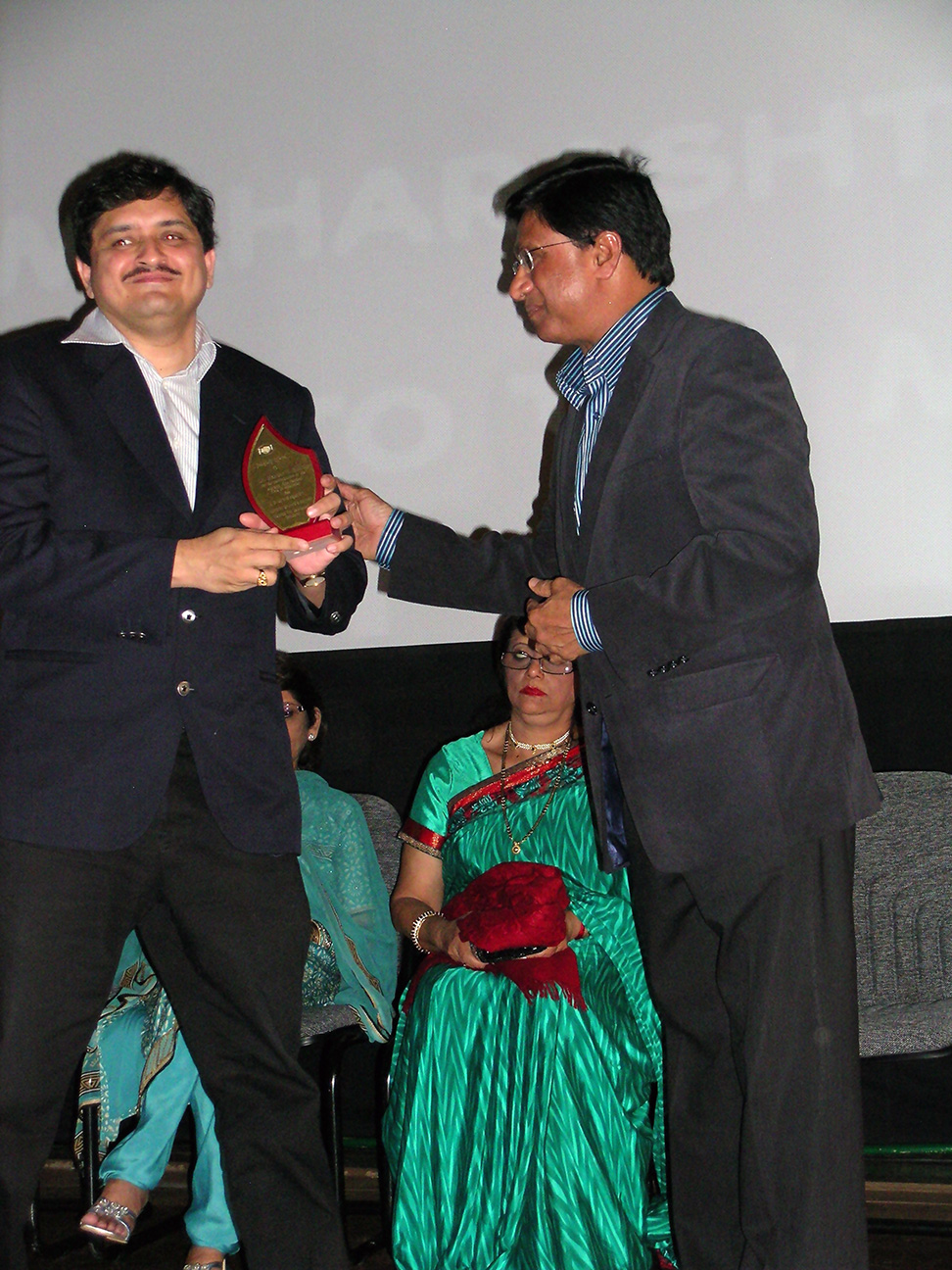 Receiving a memento from Minister Choonee